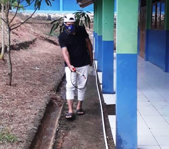 Dokumen Penyemprotan Disinfektan di SMPN 6 Gunungkencana
